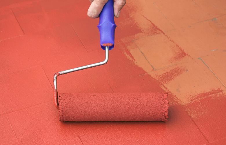 rodillo con impermeabilizante rojo