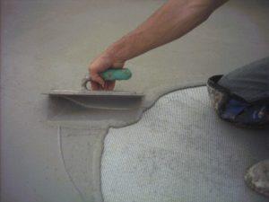 persona aplicando una impermeabilizacion cementosa
