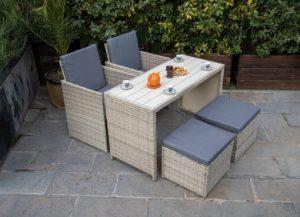 juego de mesa con sillas y reposapies