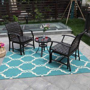 mesa de centro con sillas y alfombra en terraza