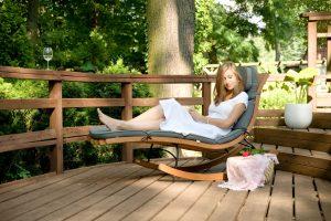 mujer descansando en una tumbona para terrazas