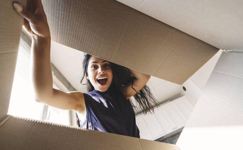 persona abriendo paquete en casa