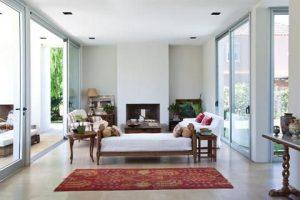 sala de estar con elementos antiguos y modernos