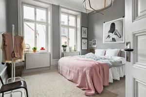 dormitorio gris con rosa pálido