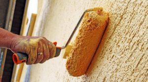 rodillo pintando pared amarilla