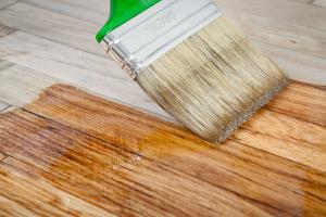 ¿Cuál es la mejor imprimación para madera barnizada?