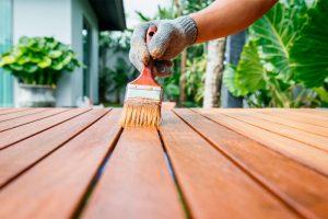 Cómo pintar madera barnizada en muebles