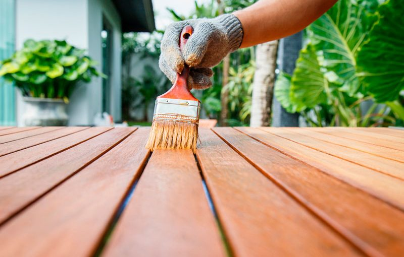 persona pintando madera