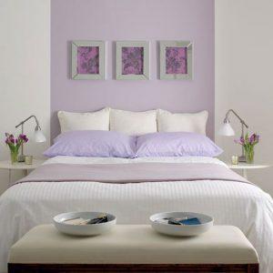 habitación color lavanda con blanco